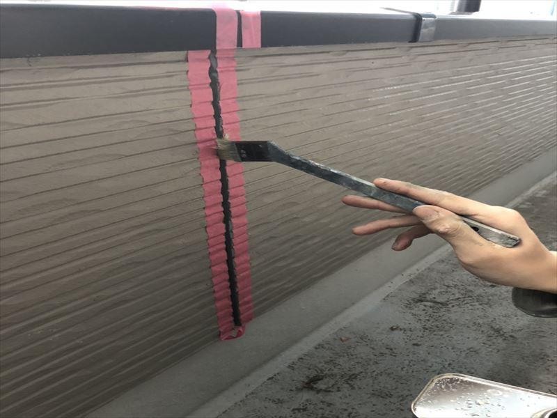 シーリング打ち替え前のプライマー塗り