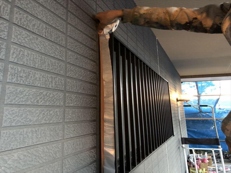 外壁塗装のための窓の養生作業