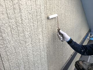 住宅外壁の下塗り作業中