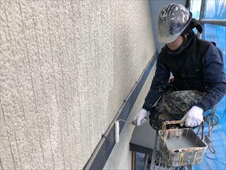 住宅外壁の下塗作業中