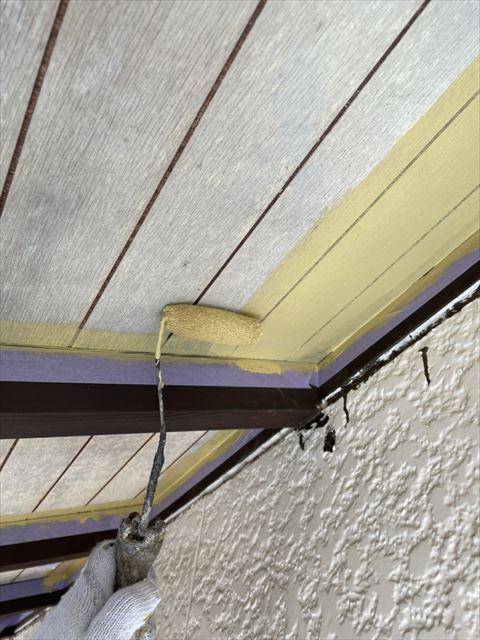 軒天井の塗装作業中