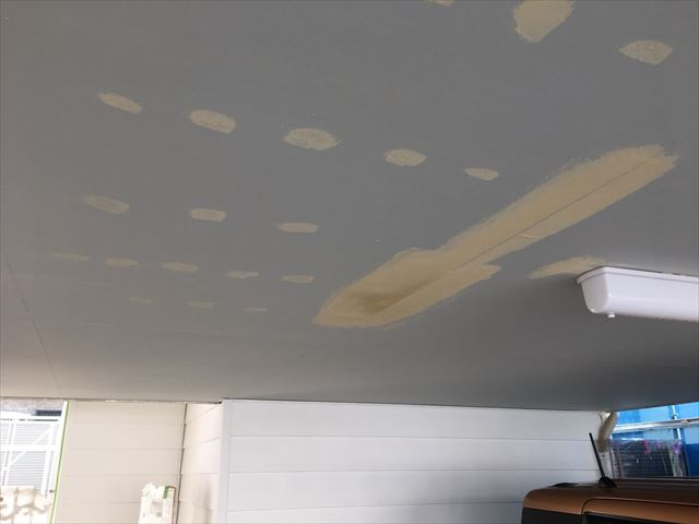 凹んだ部分を平滑にパテを塗ったボード天井
