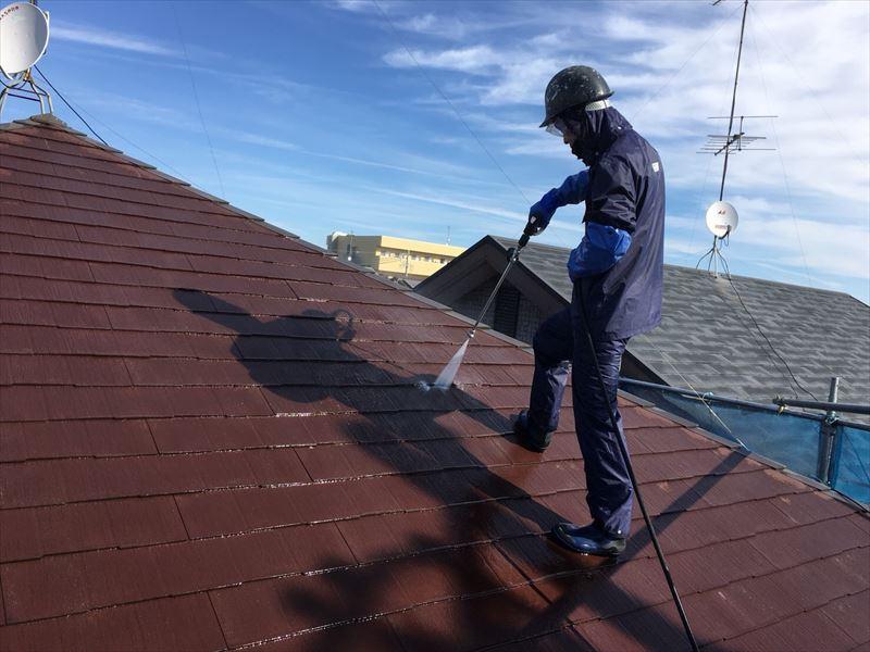 住宅屋根を高圧洗浄中