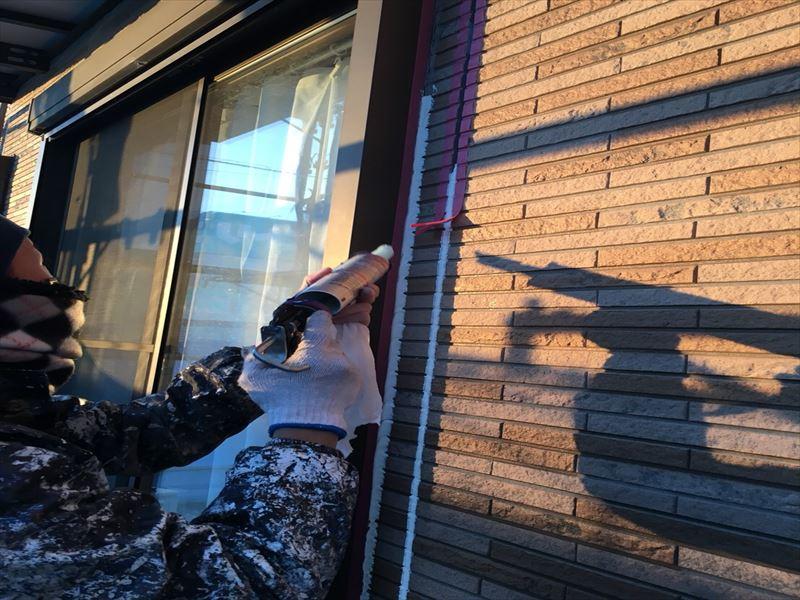 住宅外壁のシーリング工事中