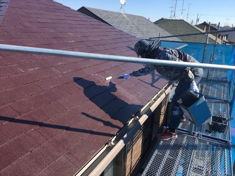 住宅コロニアル(カラーベスト屋根)の塗装(下塗り)工事中