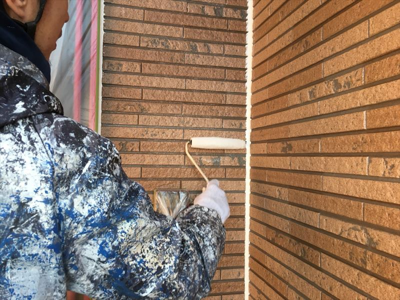 住宅外壁を下塗り塗装中