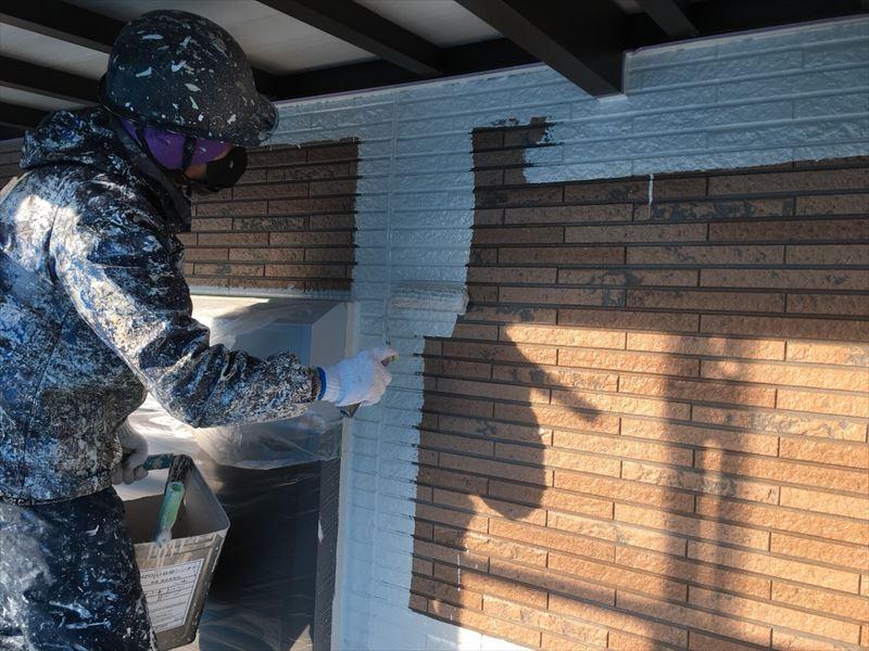 住宅外壁塗装の上塗り作業中