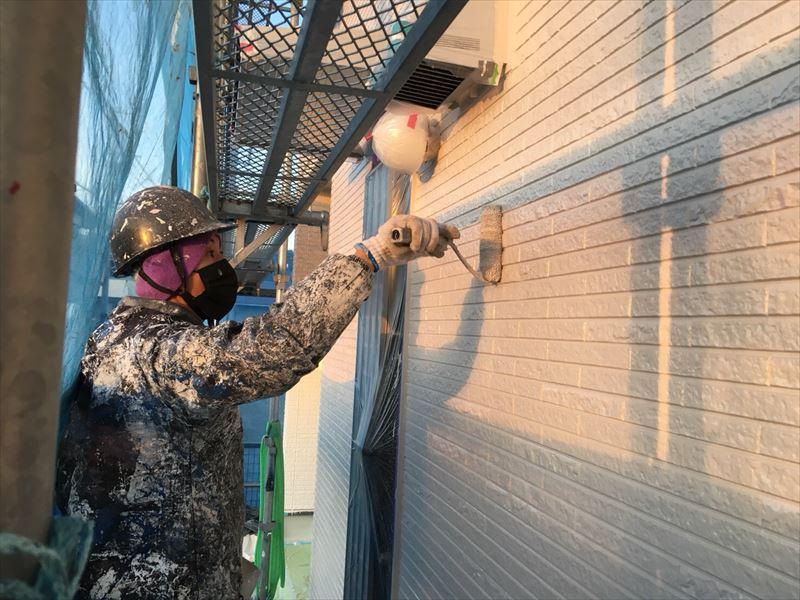住宅外壁塗装上塗り作業中