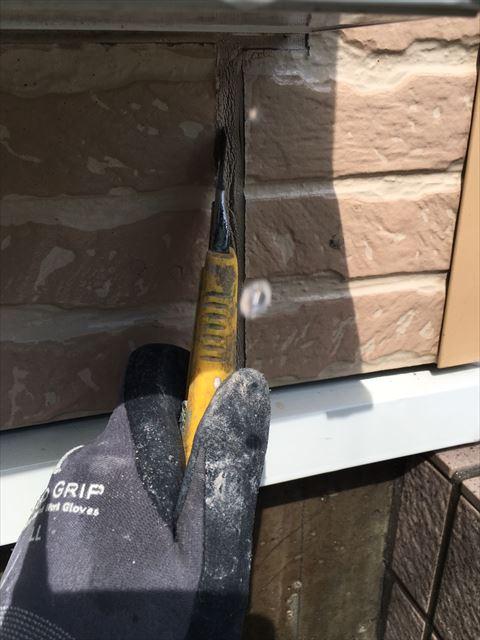 劣化した外壁シーリングの撤去作業中