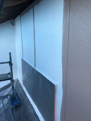 住宅外壁の上塗り2回目作業中